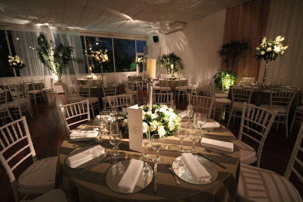 Salão Lounge com mesas