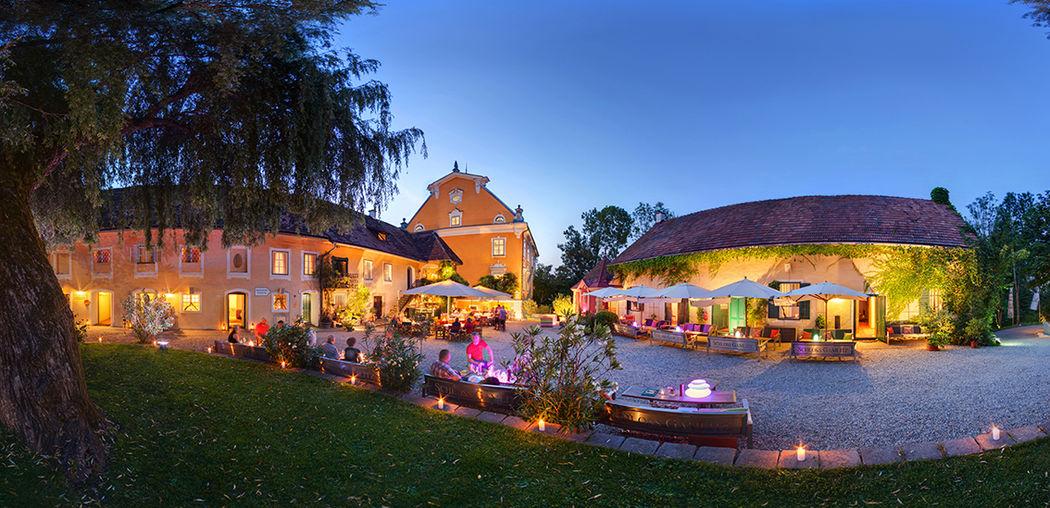 Beispiel: Schlosshof bei Dämmerung, Foto: Schloss Gamlitz.