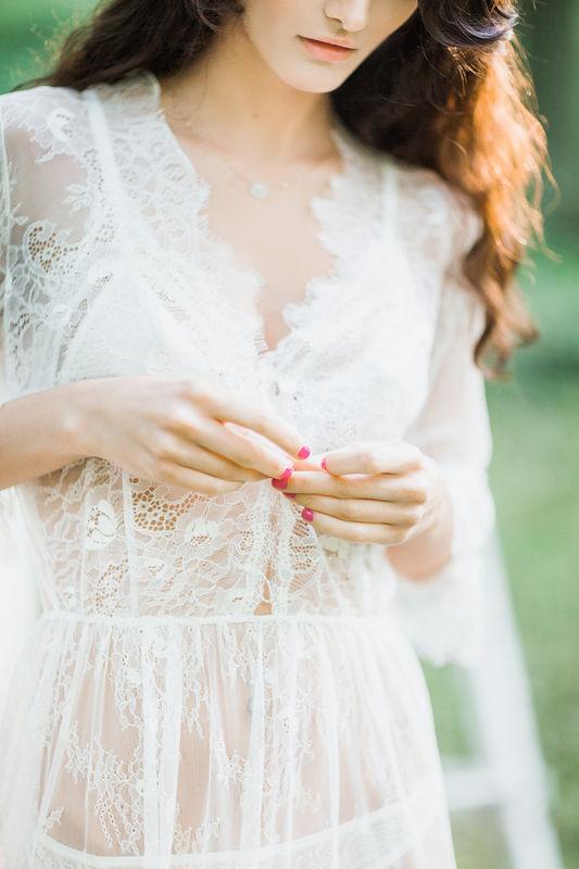 Будуарное платье Одриидеально подходит для прекрасного окончания дня или его начала. Этот изысканный наряд выбирают для себя взыскательные невесты и просто любительницы роскошной красоты. Легкие тончайшие и полупрозрачные кружева лишь слегка скрывают очертания тела, оставляя место для фантазии и воображения. Треугольный вырез подчеркивает линию груди, и визуально придает ей больше объема.   Одна из главных особенностей этой модели - оригинальные рукава в три четверти, которые перехвачены чуть ниже локтя тонкой резинкой. Благодаря слегка завышенной талии, это будуарное платье сделает вас зрительно стройнее или еще больше выделит стройность вашей фигуры.