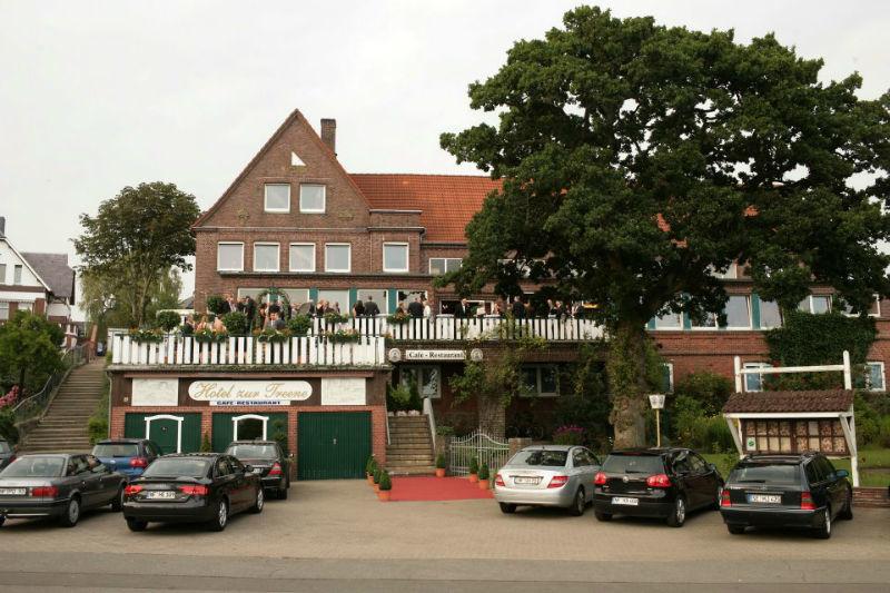 Beispiel: Hochzeitsgesellschaft, Foto: Hotel zur Treene.
