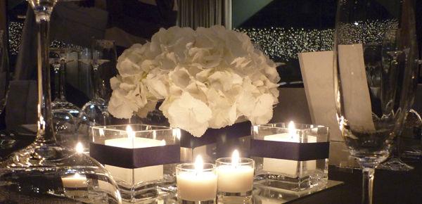 Conjunto de bases de espejo y cristal con velas que reflejan toda su luz.  http://lafloreria.net
