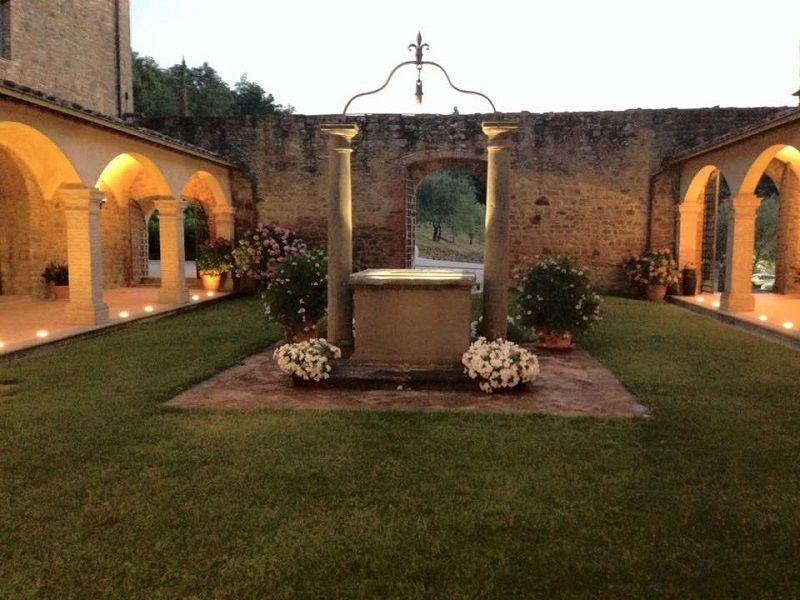 Matrimonio all'interno di un convento del 1300: il chiostro allestito con fiaccole
