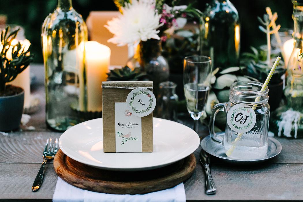 Gastgeschenkbox mit Namensanhänger für eine Midsummer-Boho-Hochzeit