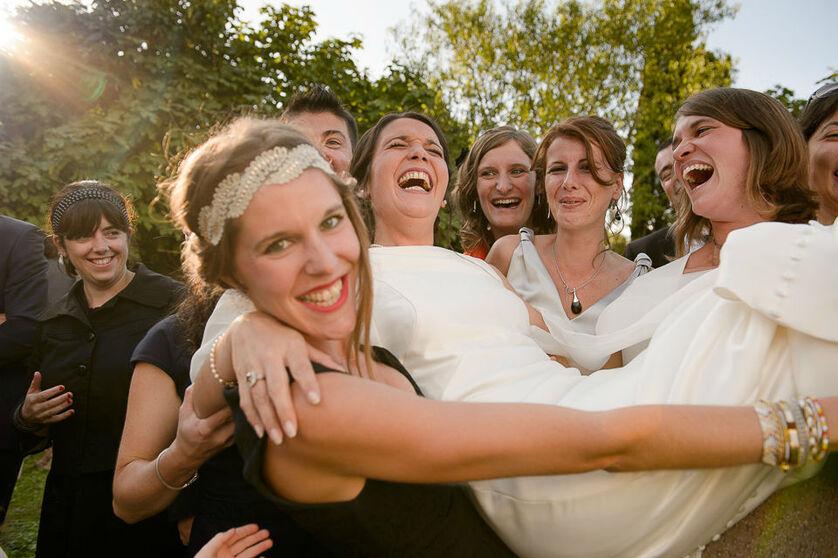 Quand les témoins s'amusent pendant les photo de groupes.