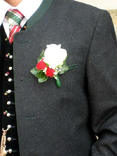 Beispiel: Anstecker für den Bräutigam, Foto: Blumen Kleissner.
