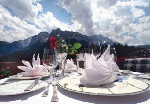 Beispiel: Tischdekoration Terrasse, Foto: Romantik Hotel Waxenstein.