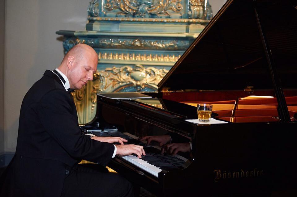 Пианист Петр Андреев