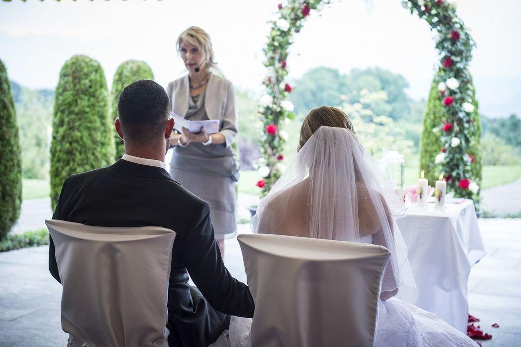 Brautpaar an freier Trauung