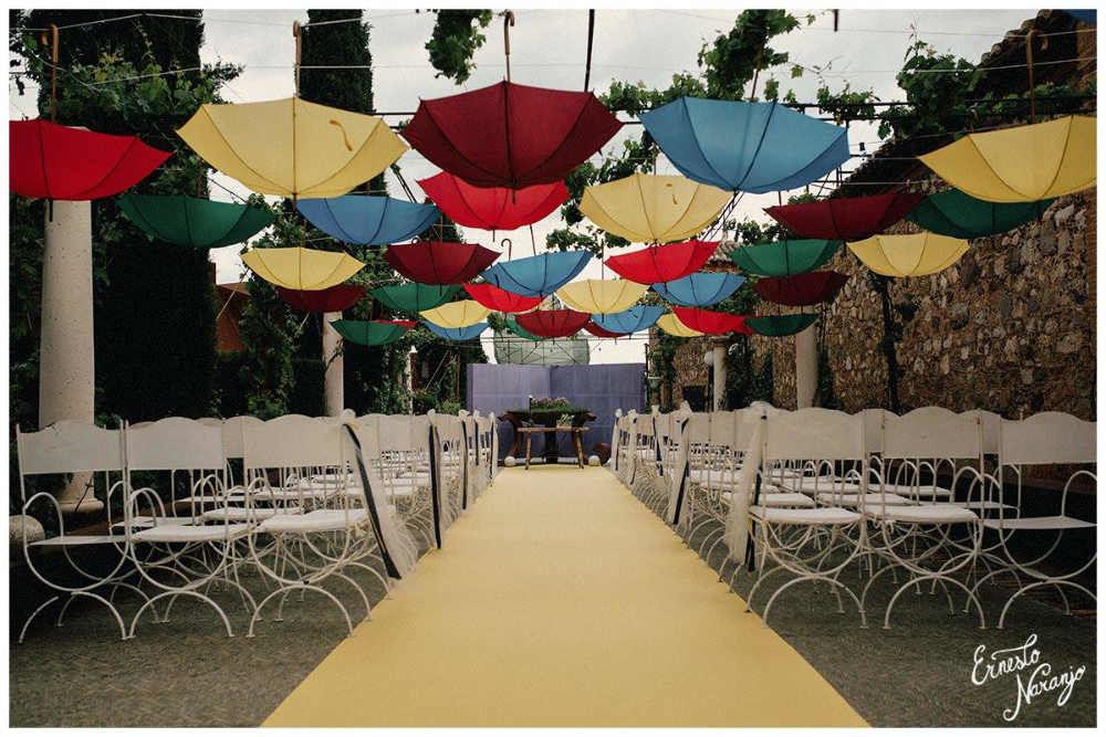 Ceremonia con paragüas como decoración