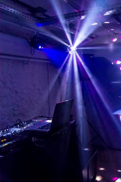 Mise en lumière par le Disc jockey de la piste de danse pour vos soirée évènementielle