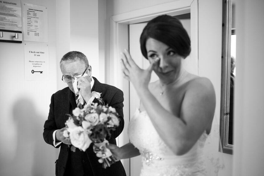 Especial momento de emoção quando o pai da noiva foi buscá-la no quarto para partir para cerimônia by Zi Fernandes  // Dublin Irlanda.