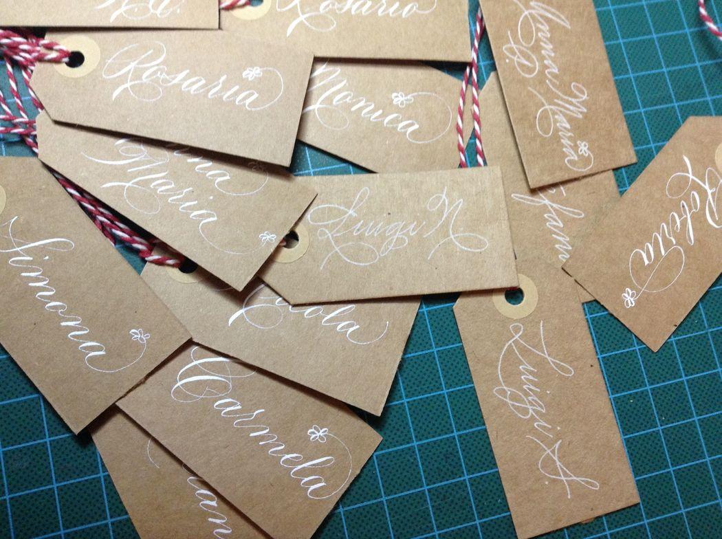 Il Calligrafo - Tags segnaposti in carta kraft manoscritte in bianco con due differenti caratteri.