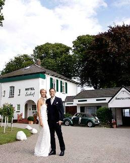 Beispiel: Glückliches Brautpaar, Foto: Hotel Seehof Sierksdorf.