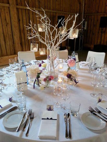 Beispiel: Hochzeits-Dekoration mit Waldelementen, Foto: Butterfly Dreams.