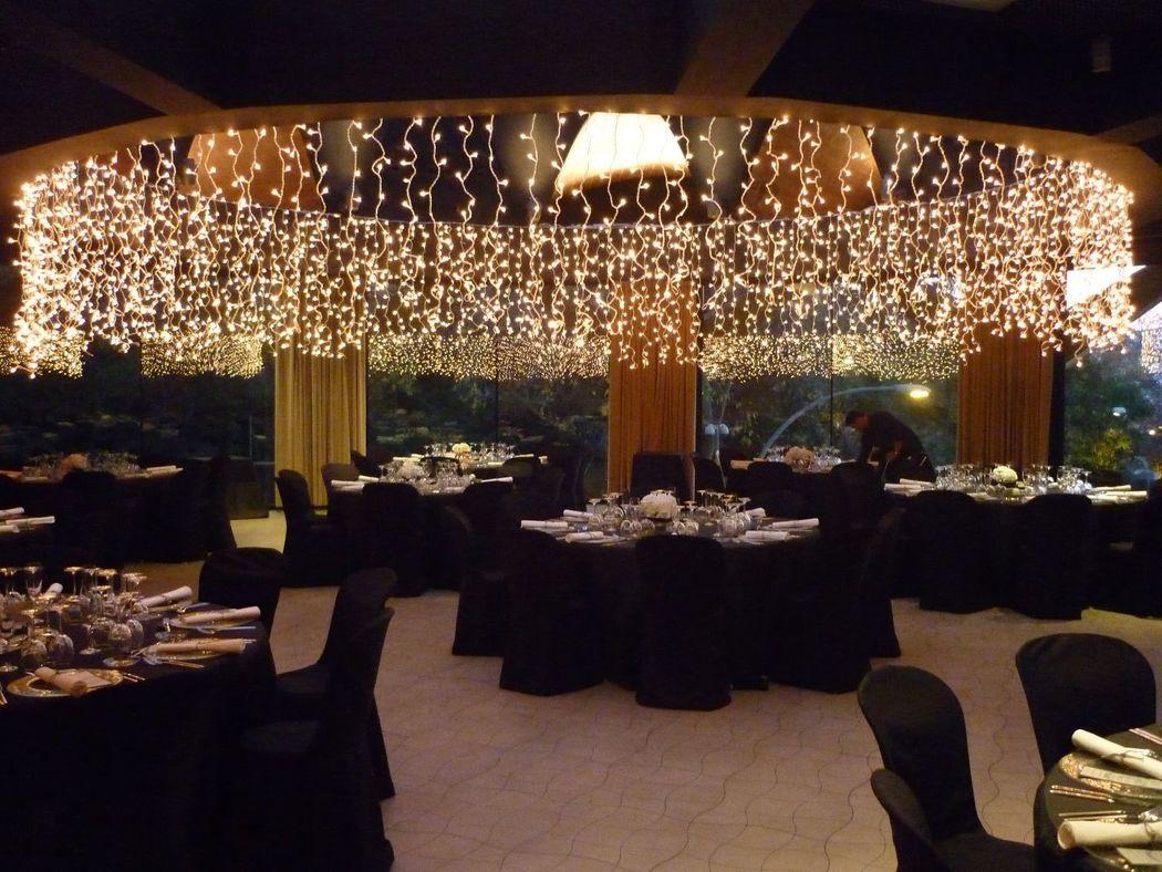 Ambientación con lucecitas en cascada, accentuando la arquitectura del espacio.  http://lafloreria.net