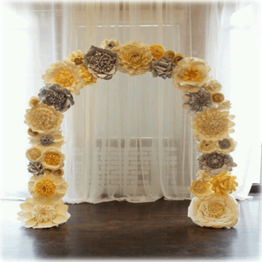 Arco decorado con flores gigantes