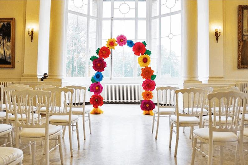 Arco de flores de papel para ceremonia civil