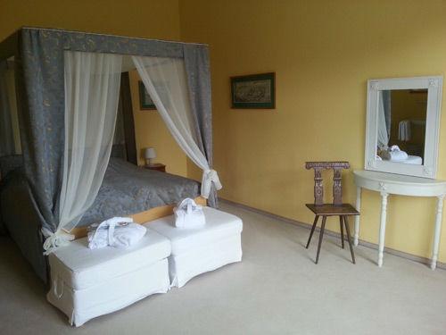 Beispiel: großzügiges Zimmer 2.12 zum Park, Foto: Schloss Weiterdingen.