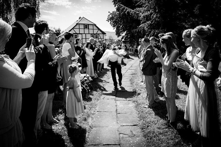 Beispiel: Bräutigam trägt die Braut über die Schwelle, Foto: Adam Podolskiy.