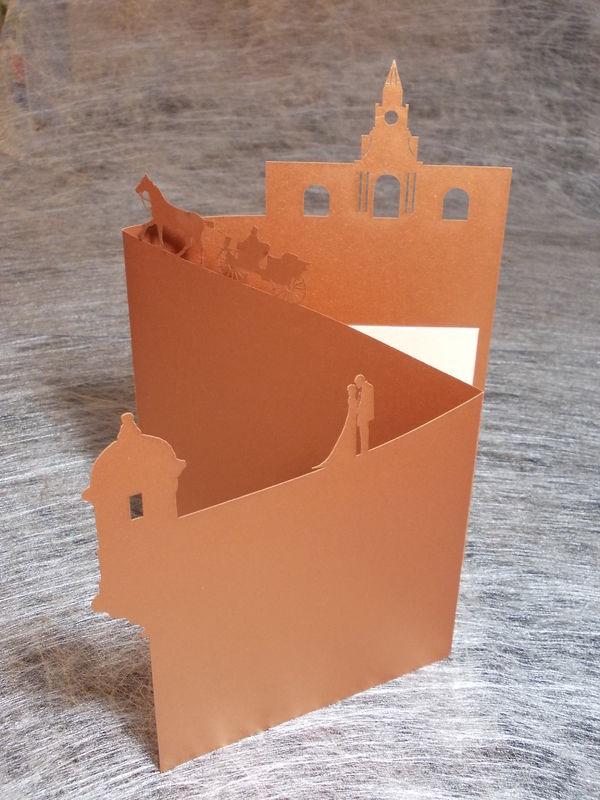 Invitación de Boda en Cartagena. Cuenta con corte de la torre del reloj, un coche y la muralla.