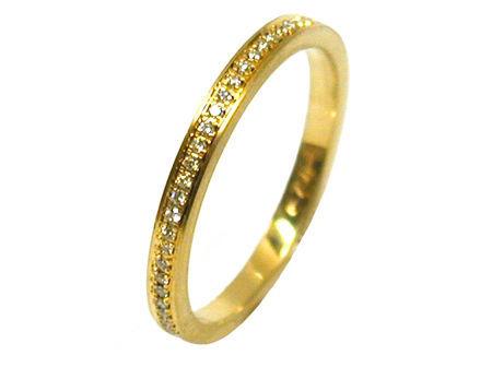 Beispiel: Verlobungsring Gelbgold mit 58 Diamanten, Foto: Heidenreich Schmuck.