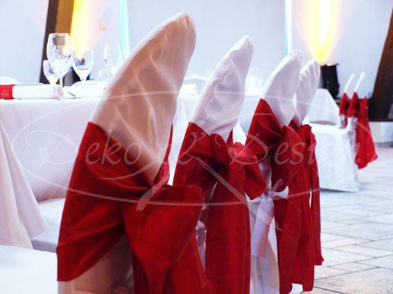 Beispiel: Stuhlhussen mit roten Schleifen, Foto: Deko & Design.
