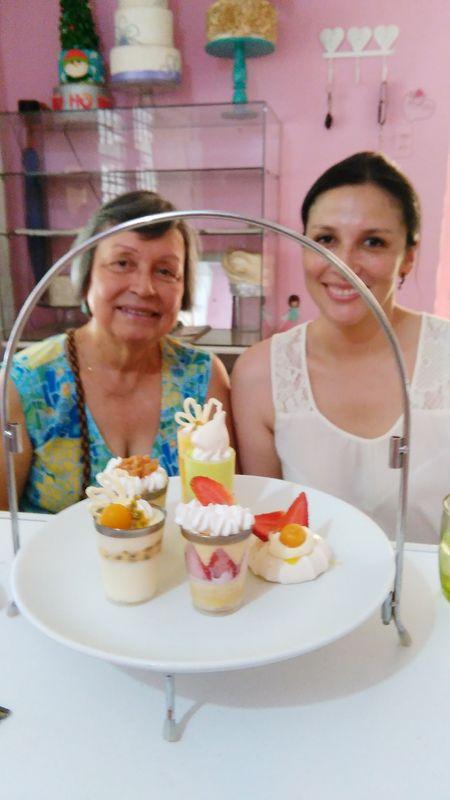 Novia y Mamá degustando los postres para su Boda