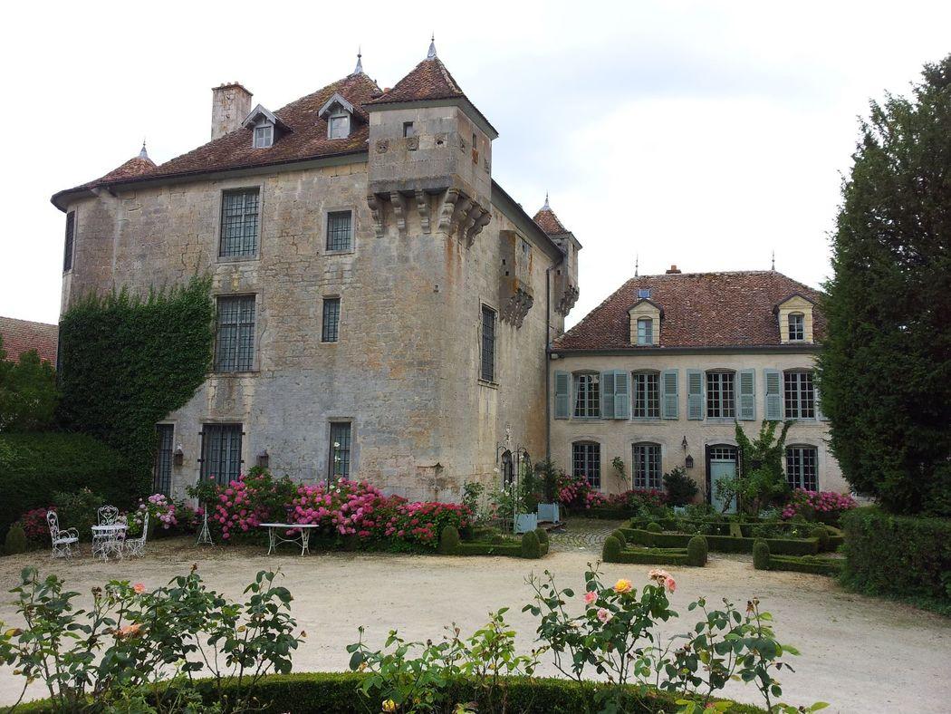 Le Château de BOUCQ du XIVème siècles (privé) et la Maison 18ème (louée pour couchages)