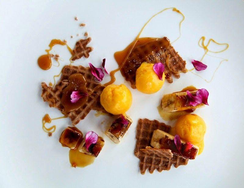 Waffle de vainilla, plátanos perfumados, caramelo, ron, flores.