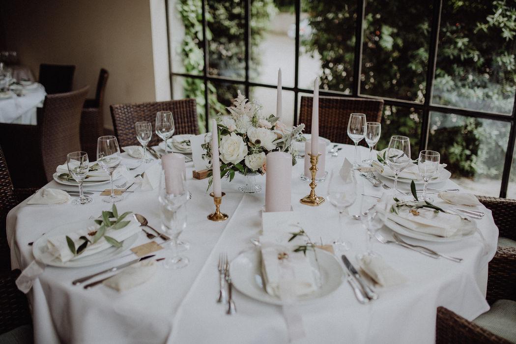 Angesagte Tischdekoration in lockerer Ausfertigung in Vintage Glasschale mit Fuss Foto: Julia & Gil Hochzeitsfotografie