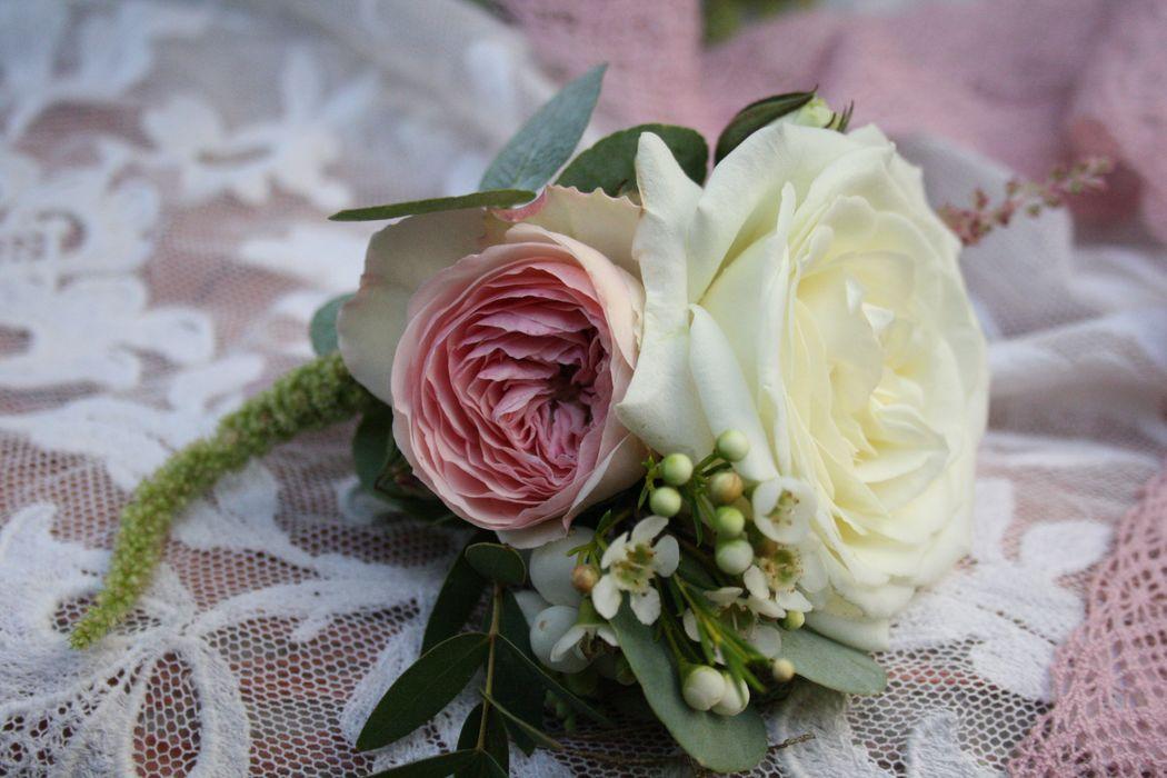 Boutonniere passend zum Brautstrauß in blushed pastells & einem Hauch Vintage-Romantik Foto: Calla Décoration