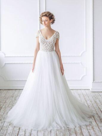 Грациозное свадебное платье с жемчужной вышивкой