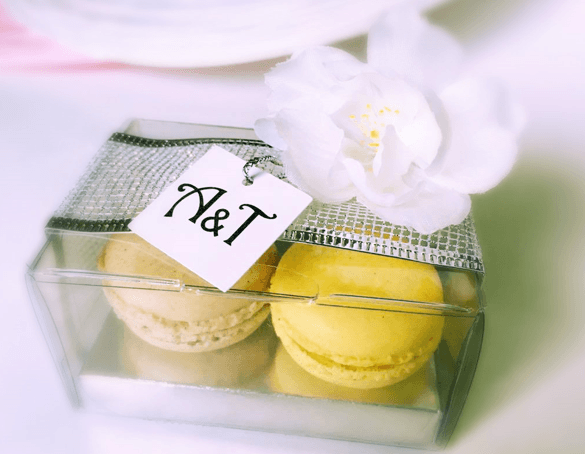 AmordeChocolate Lembrança personalizada:renda armada e etiqueta com as iniciais dos noivos em prata, flor e com dois macarons.