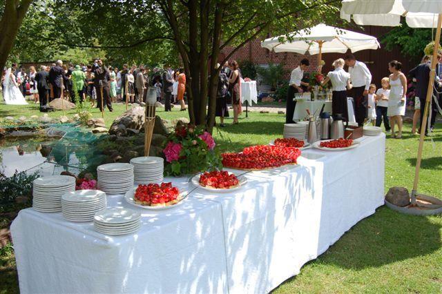 Beispiel: Buffet im Garten, Foto: Gut Wendgräben.