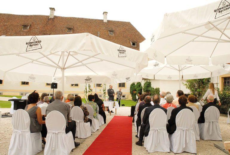 Beispiel: Trauung im Schlosshof, Foto: Schloss Ehrenfels.
