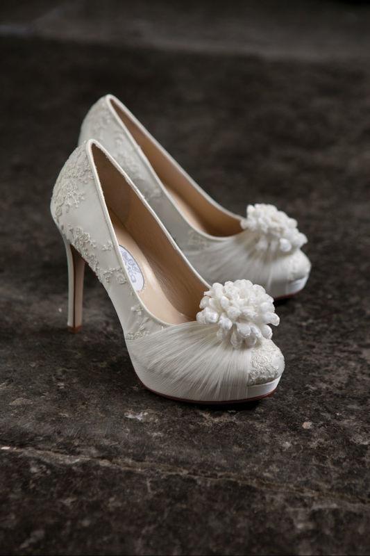 Beispiel: Aufwendig gestalteter Brautschuh, Foto: Edelweiss Boutique.
