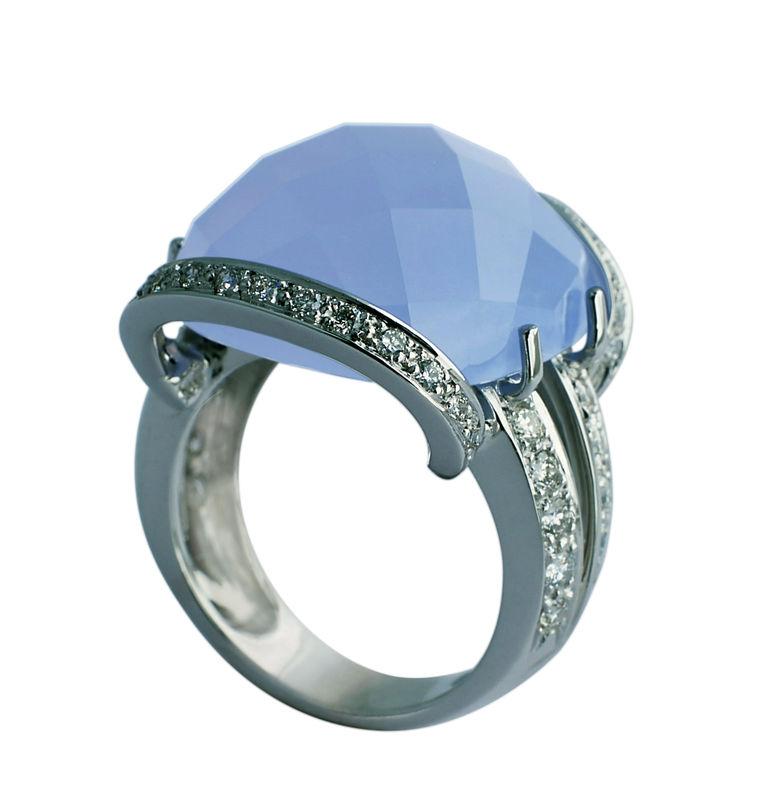 Un diseño con aire años 40. Es de oro blanco con calcedonia azul tallada en damero y cuajado de diamantes.