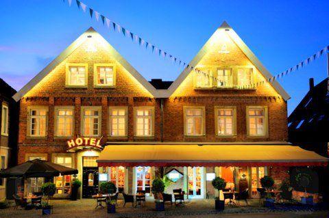 Beispiel: Vorderansicht bei Nacht, Foto: AKZENT Hotel Tietmeyer.