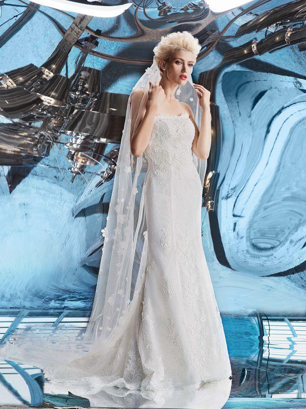 Кружевное платье силуэта русалка с длинным шлейфом и отрезным корсетом от Helen Miller
