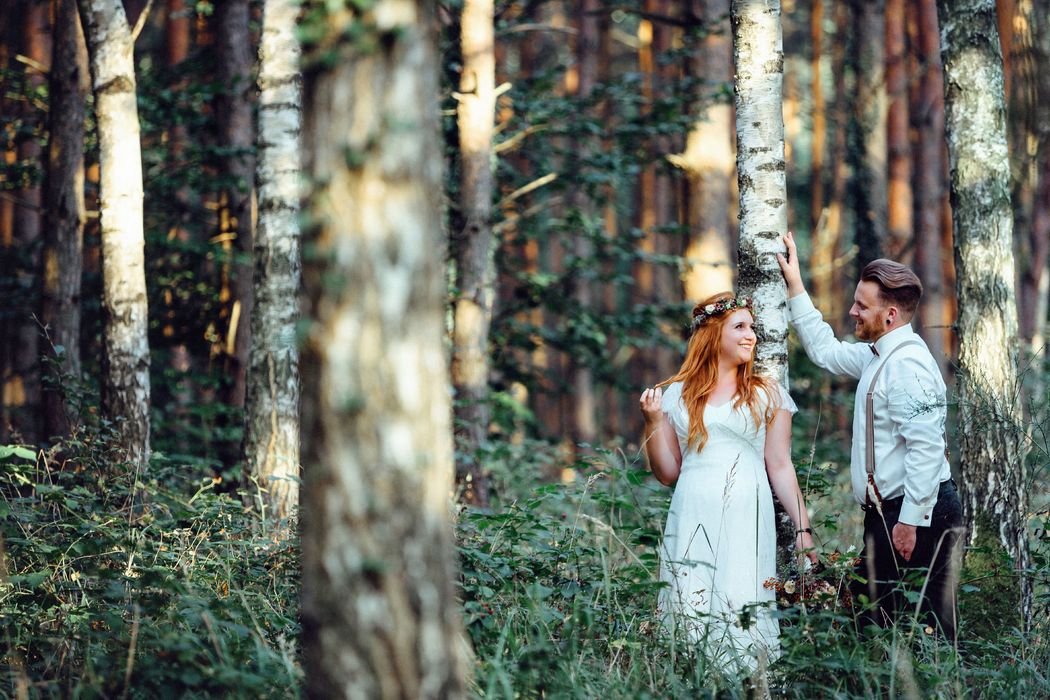 Boho- Vintage Hochzeit Ments, Hochzeitsfotografen Brandenburg/  Ments- Künstlerhof, Brautpaarbilder im Wald, emotionale Hochzeitsfotografie