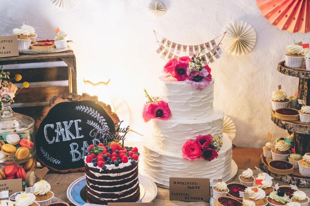 Beispiel: Hochzeitstorte Creme mit Blumendeko & Cake Bar, Foto: Kreativ Wedding Fotografie