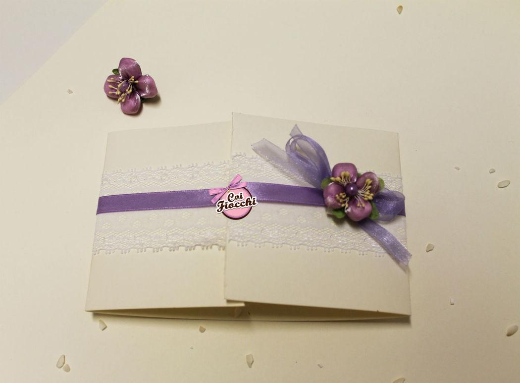 Coi Fiocchi wedding design - partecipazione di nozze in pizzo e raso violetto