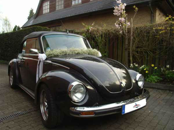 Beispiel: Geschmückter VW Käfer Cabrio, Foto: Oldtimer Paradies.