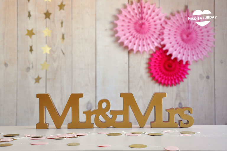 Mr&Mrs dorados para decorar tu mesa de novios