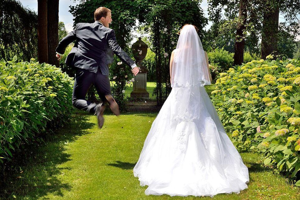 Een vreugdesprongetje, geliefd bij veel bruidegommen deze foto. Haha