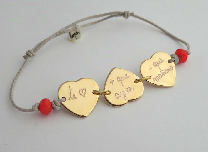 Pulsera Mini corazón cristal rojo, con 3 corazones bañados en oro.