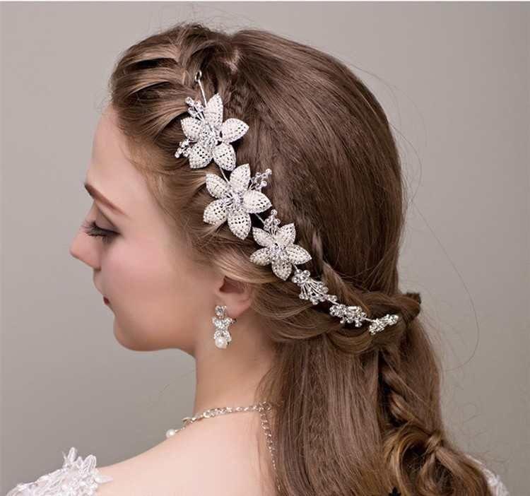 Headband mariage fleur en perle a positionner sur une tresse de la coiffure de mariée