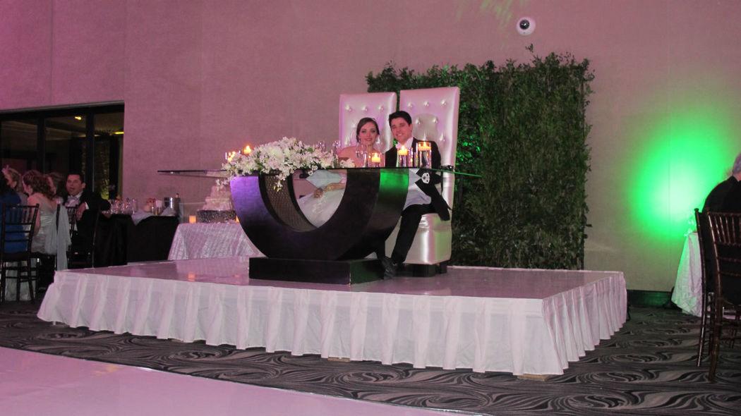 Tarima para mesa de novios en charol blanco.