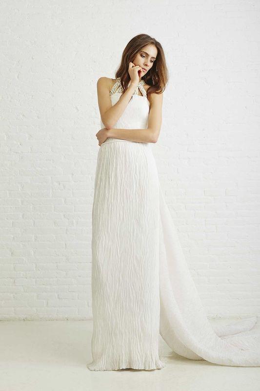 MARIE CON COLLAR BORDADO. Vestido de novia realizado con microplisados con collar bordado, corte a la cintura y gran cola.