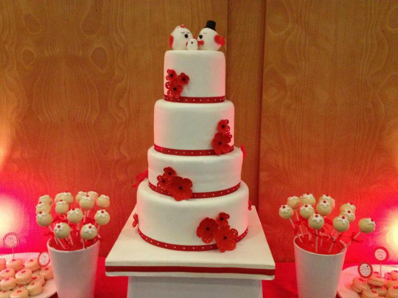 Tartas de diseño con mesas de dulces.